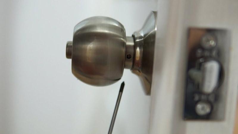 how to remove door knob